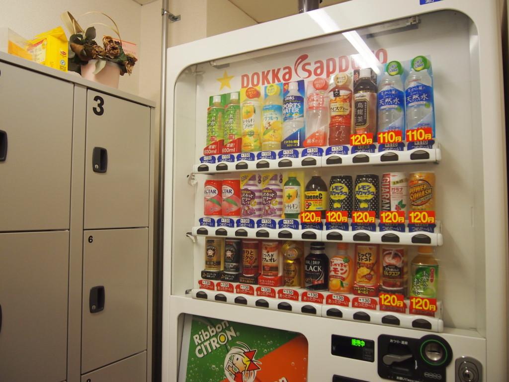ベンダーコーナーにはPOKKASAPPOROの自動販売機