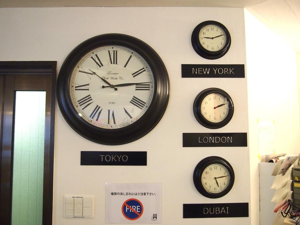 ニューヨーク、ロンドン、ドバイの世界時計