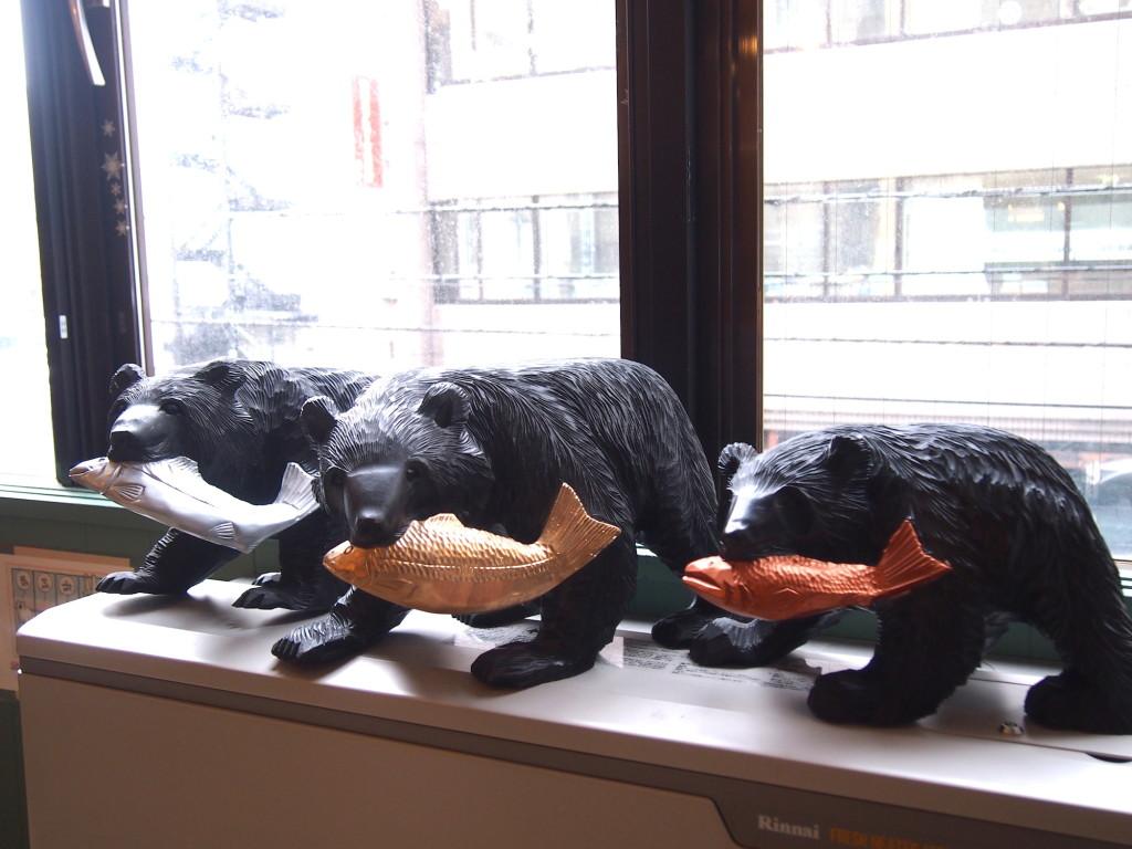道産子の木彫りの熊が鮭を強調