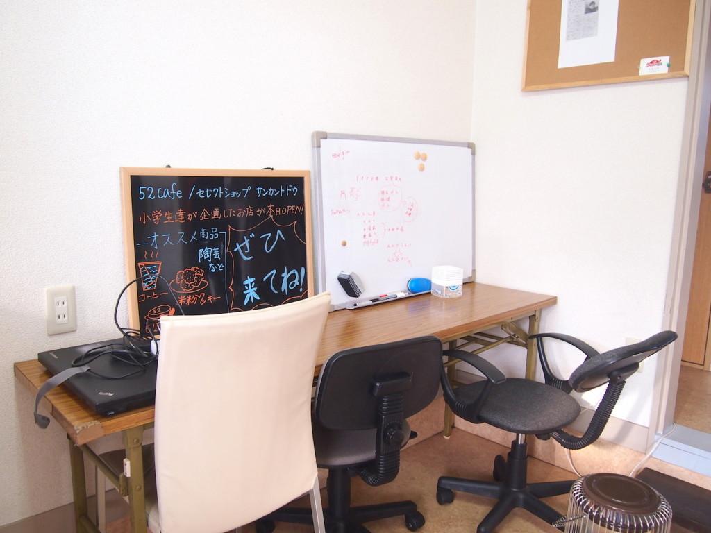 壁に向かった作業スペース