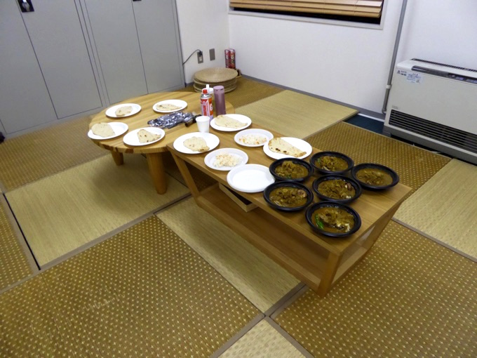 テーブルに並ぶスープカレーと、ナン!!!
