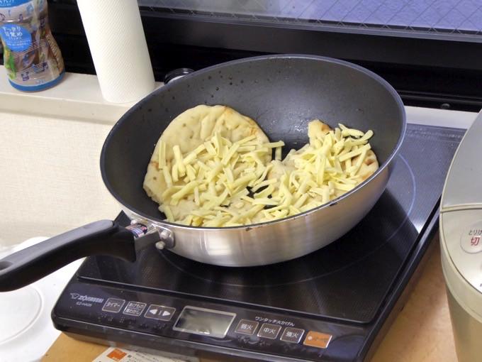 ナンにチーズを入れ始めます