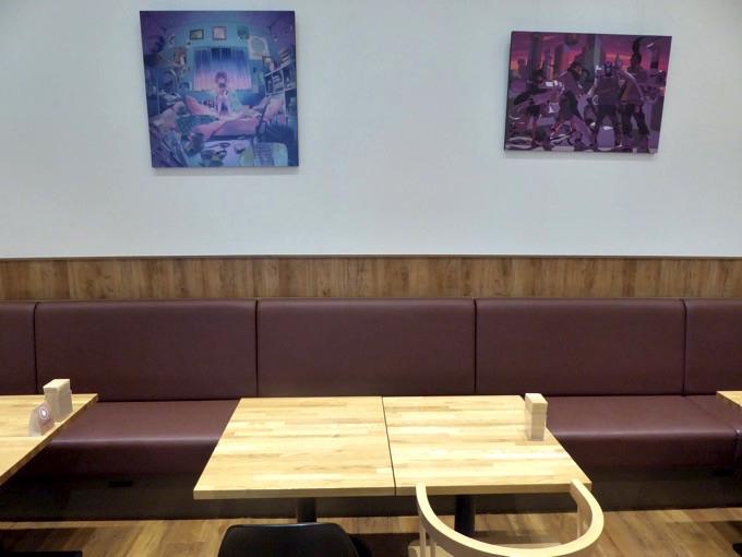 壁に面したソファ席