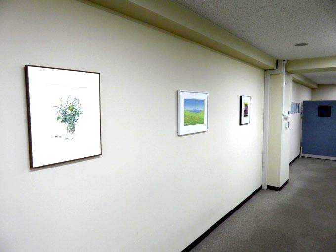 社内にはたくさんの絵画が飾っているのが印象的です。