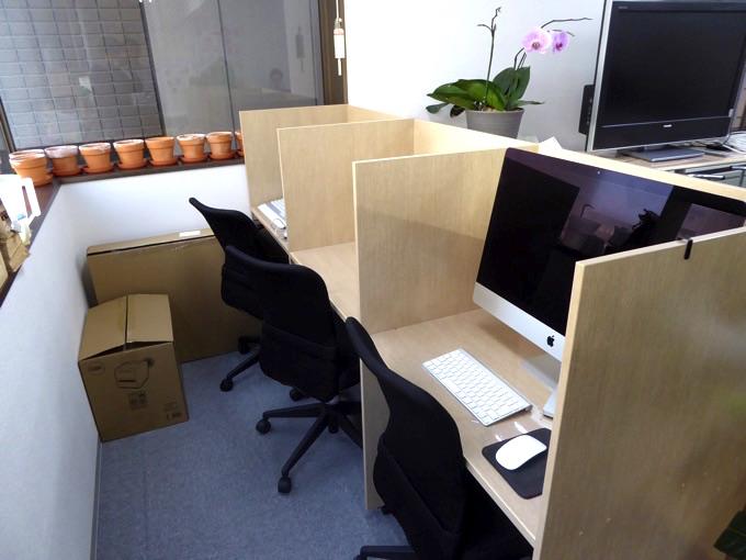 パーテーションで句切られた机もあります