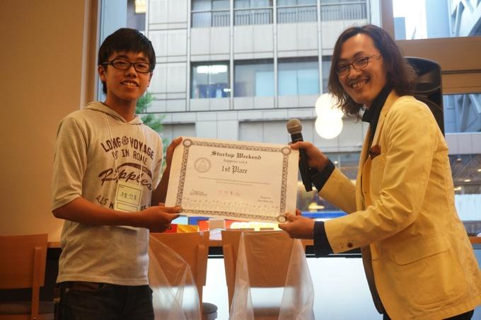 優勝した現役高校生の平泉さん(写真左)