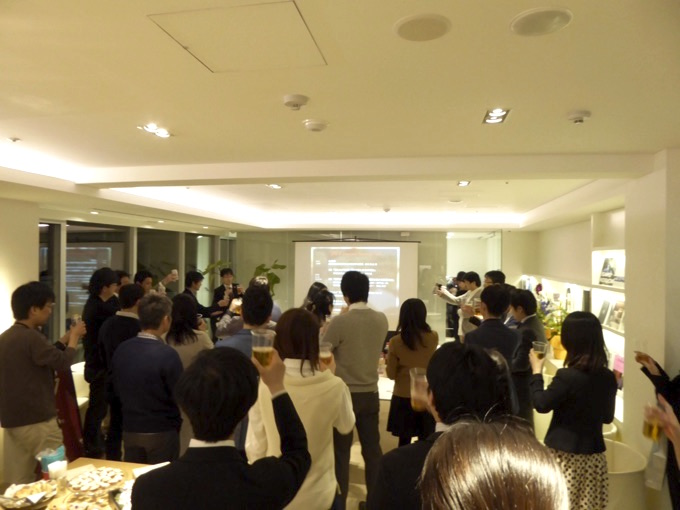 札幌市経済局産業振興部立地促進担当課、立地促進担当課長の奥村彰大さんの挨拶で乾杯ー!