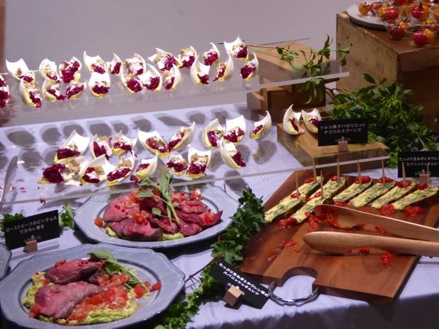 ローストビーフのピンチョス ワカモレ巻き トルコ風サバのリエット チコリのスプーンで たっぷり玉ねぎとホウレン草のスパニッシュオムレツ