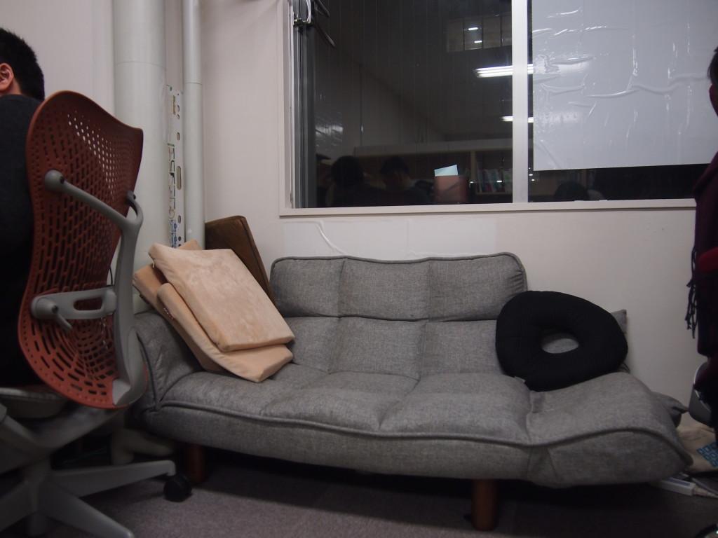 ハイクオリティなクリエイティブのために昼寝ができるソファーを社内完備