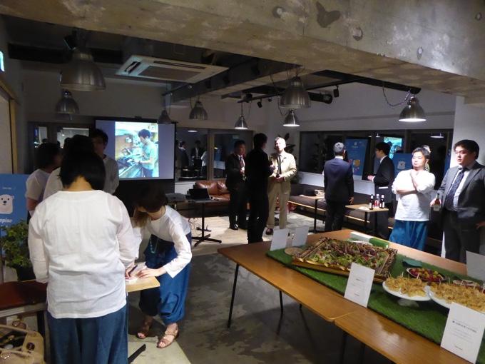 イベント開場の様子。19時半を超えると、人が多くなってきました