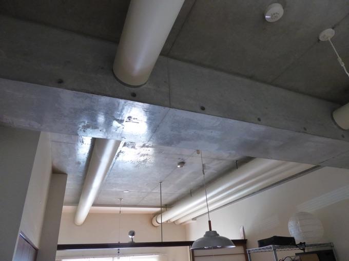 天井はコンクリート打ちっぱなし