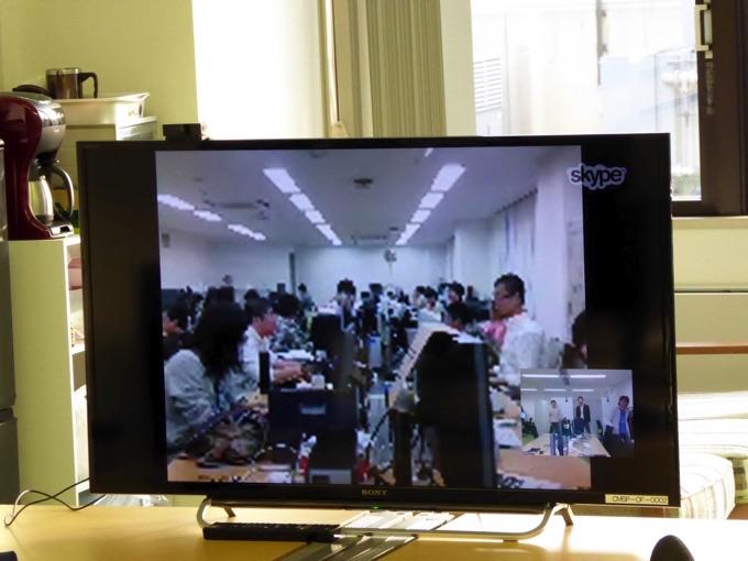 奥にあるテレビには東京にあるクラスメソッド本社の様子が映っています