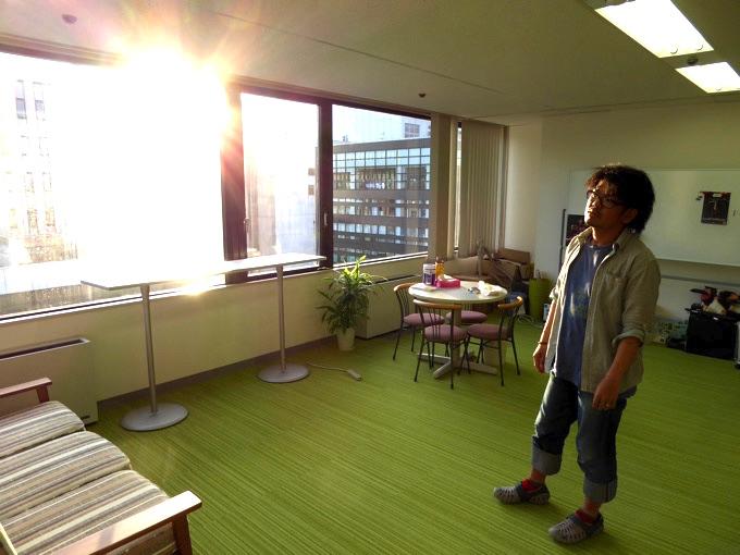 夕方の西陽を浴びる佐々木大輔さん