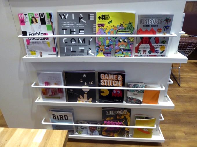 本棚にはデザイン、アニメ、イラスト、雑誌、3Dプリンターの雑誌・画集などの本