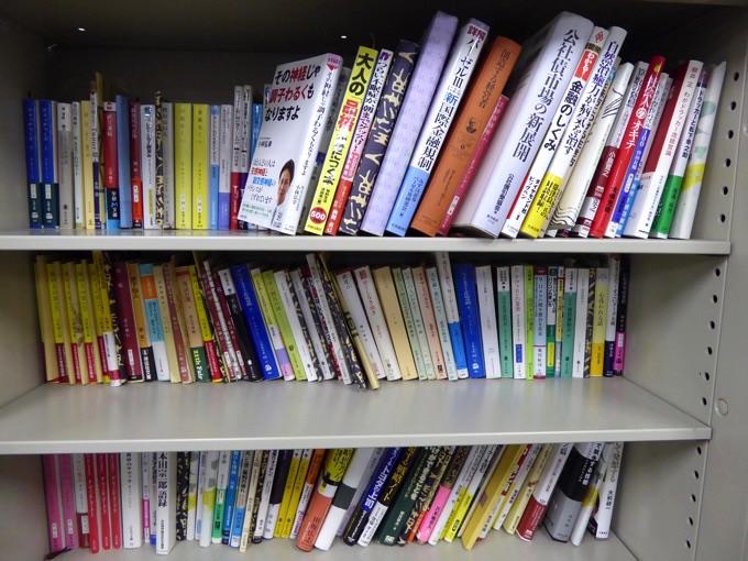 本棚、金融やビジネスや小説の本