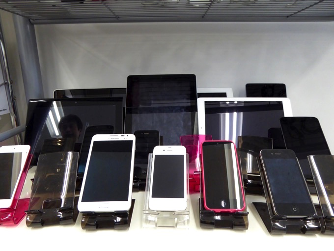 検証端末の数々!さまざまなiPhone、AndroidのスマートフォンやiPad、Androidタブレットの端末がありました。