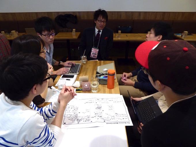 写真中央はリージョンズ株式会社、辻井樹さん