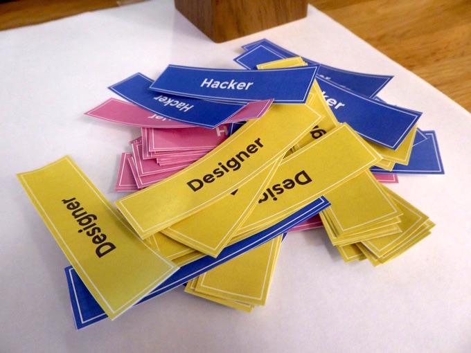 ネームプレートに貼るシール。ハッカー、ハスラー、デザイナーの役割があります