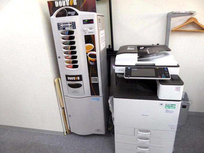DOUTORのコーヒー自動販売機とコピー機