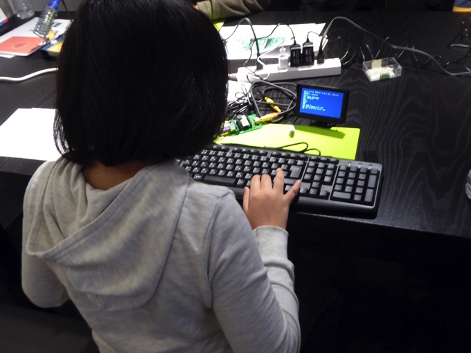 プログラミングを打ち込む参加者