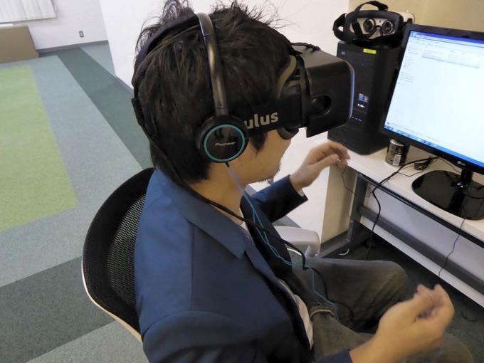 Oculus Riftのゴーグルをつける宮津さん