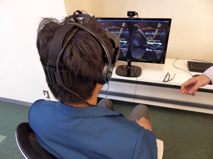 Oculus Riftを体験する宮津さん