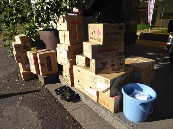 北海道フーディスト出店用の商品ダンボール。北海道フーディスト班は早朝8時30分に集合し、商品を運びました。
