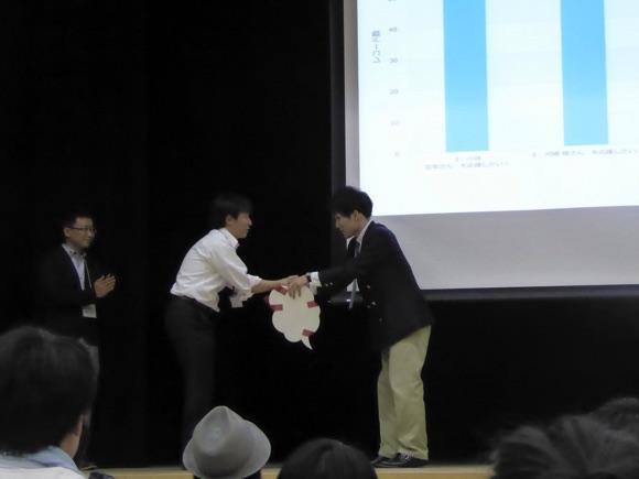 サイボウズ株式会社代表取締役の青野慶久さんからKintone利用1年分が授与