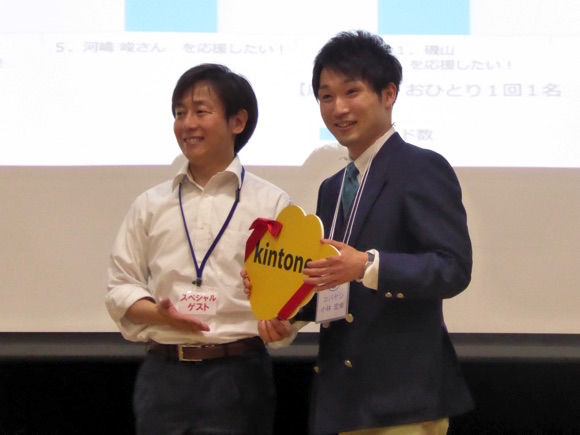 サイボウズ株式会社代表取締役の青野慶久さん(左)と優勝者の株式会社克フーズ(マサルフーズ)の小林宏幸さん(左)との記念写真