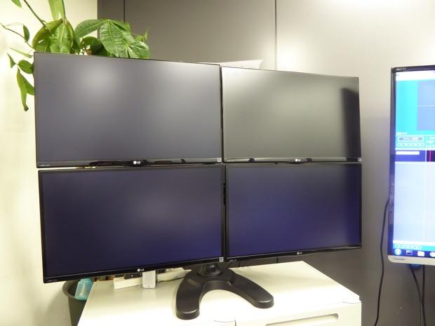 今回は会議室にあるこちらのモニタに反映されます。まだ何も映していないので、画面は黒いままです。