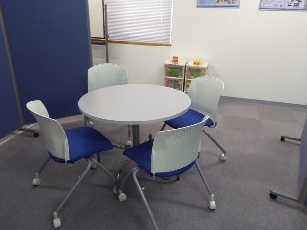 丸い机と椅子