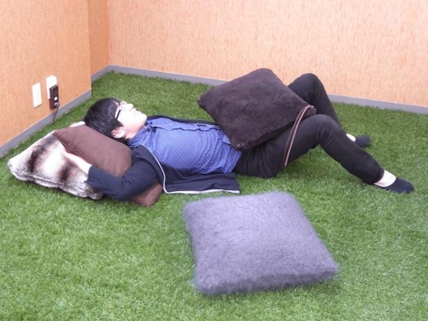 ウフル 芝生の上で寝転がる社員の方