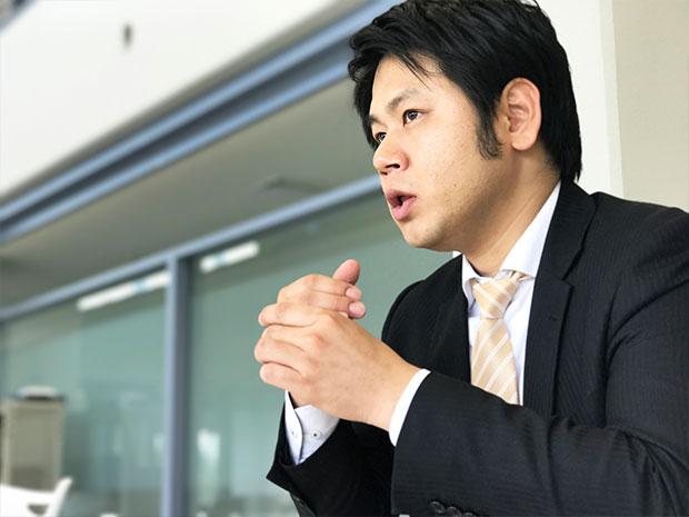 真面目な顔になり、おしごとの品質について語る吉田さん