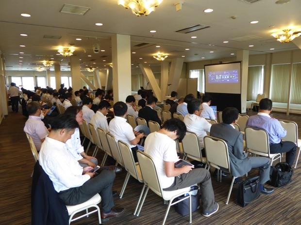 イベント直前の会場の様子。横に広い会場にぎっしり人がいます