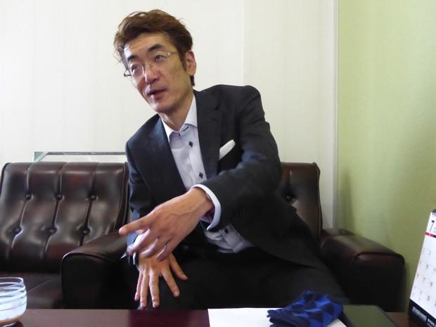 ステージハンド代表取締役重泉正紀さん身振り