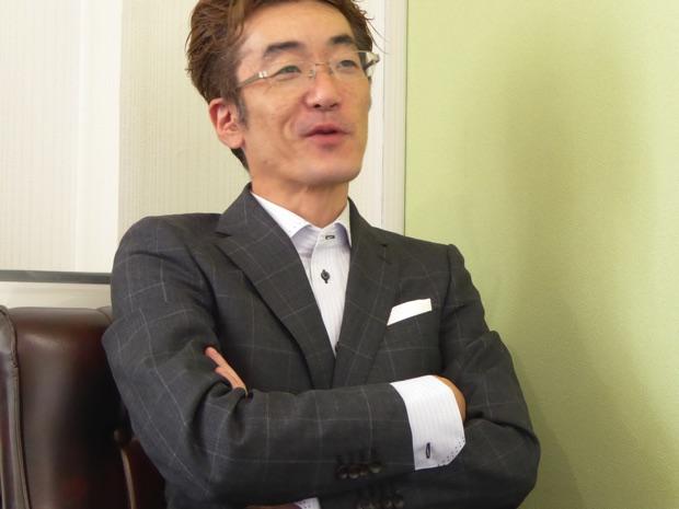 ステージハンド代表取締役重泉さん腕組み