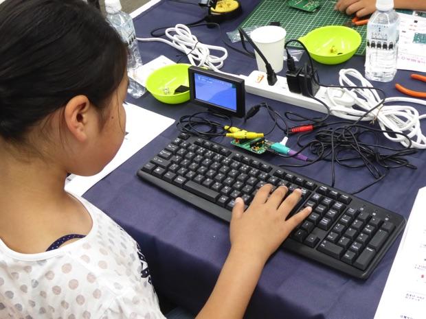 はんだづけした基板にモニターとキーボード、電源を繋ぎ、プログラミング