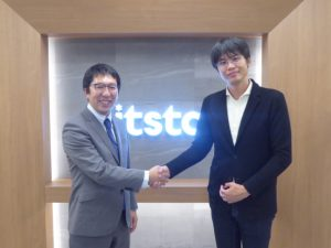 握手する(写真左)ビットスター代表取締役の前田章博さん (写真右)さくらインターネットの代表取締役社長兼最高経営責任者の田中邦裕さん