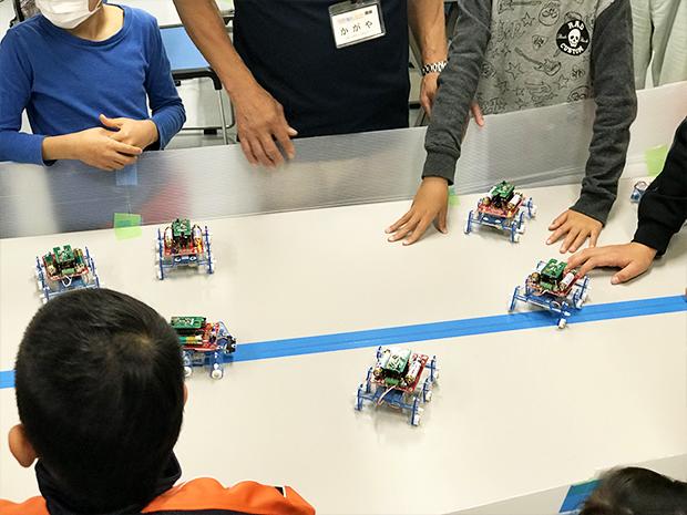 「昆虫型ロボットのダンスプログラミングづくり」の様子