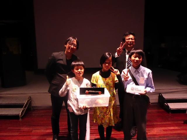 KidsVentureチーム+KidsVenture代表の高橋隆行さん(さくらインターネット株式会社執行役員)、 副代表の若狭敏樹さん(ビットスター株式会社取締役最高執行責任者)で記念撮影