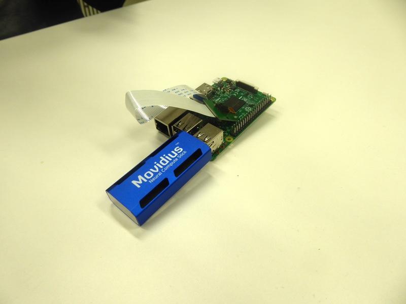 Raspberry Piとカメラ(写真上)と、ニューラルコンピュートスティック(写真真ん中)
