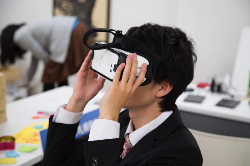 「札幌を思い出すVR」を楽しむ参加者の方