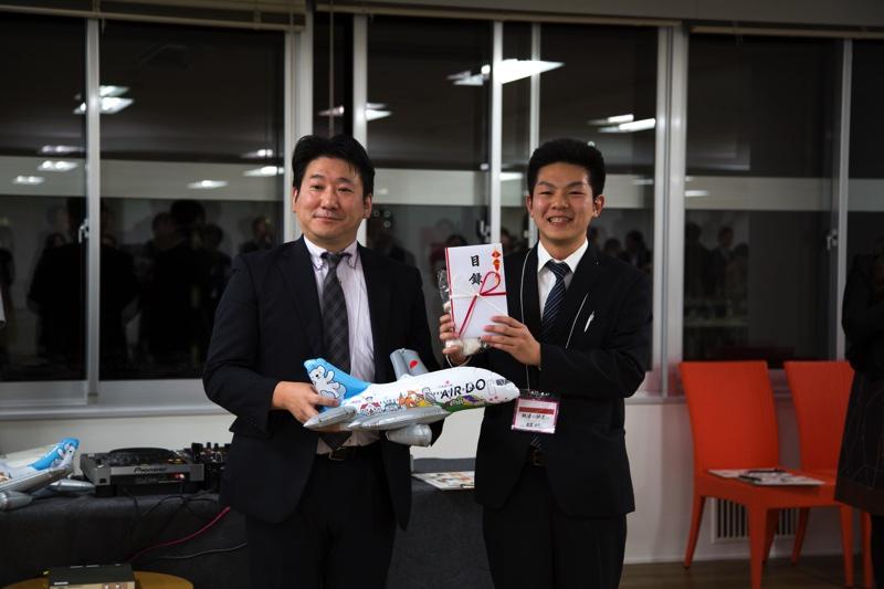 三部北海道クイズ大会の優勝者にAIRDOより航空券贈