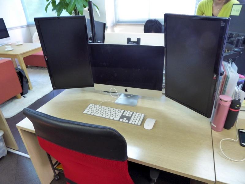 以前も紹介しましたが、ステージハンドはiMac+モニタ2台。制作者には嬉しい環境ですね