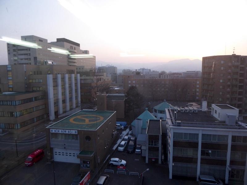 窓からは北海道大学病院が見えます