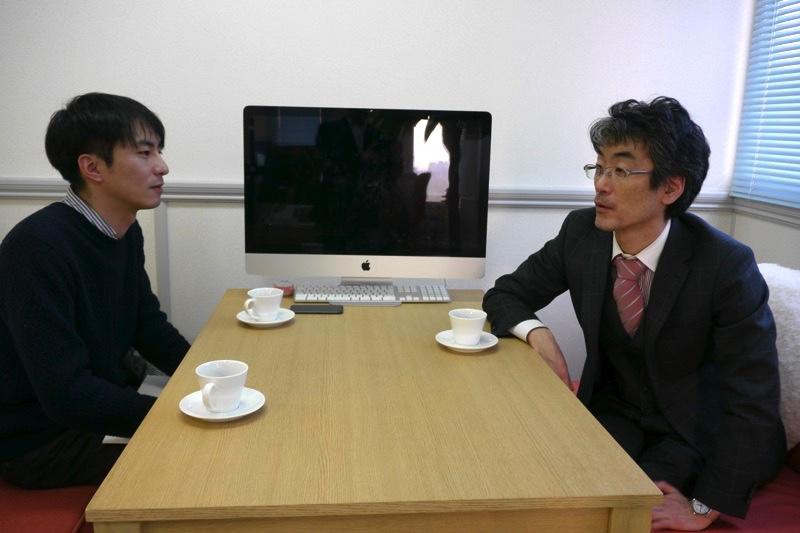 インタビューに応える重泉正紀さん(写真右) インタビューをするライターの赤沼俊幸(写真左) 撮影は広中裕士さん