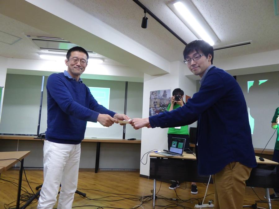 2位はplusemo。村田さんより賞状を授与