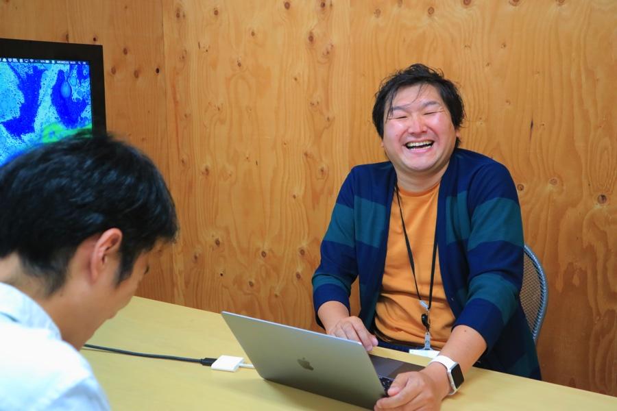 AIQの代表取締役社長CEO、高松睦さん。インタビューは終始、和やかな雰囲気で行われました。笑顔の耐えない高松睦さんが印象的でした