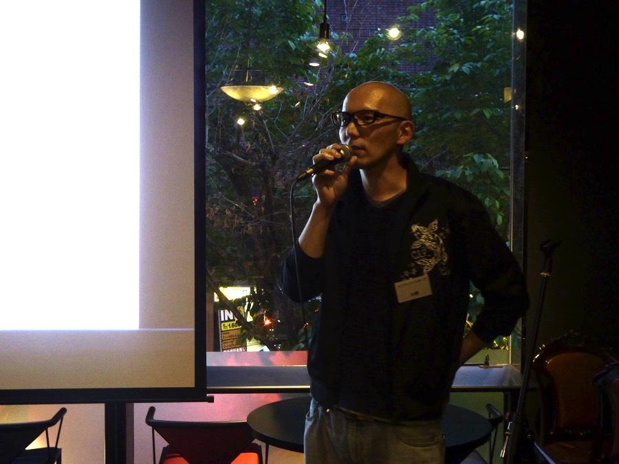 乾杯の発声をする株式会社インフィニットループ、小野真弘副社長