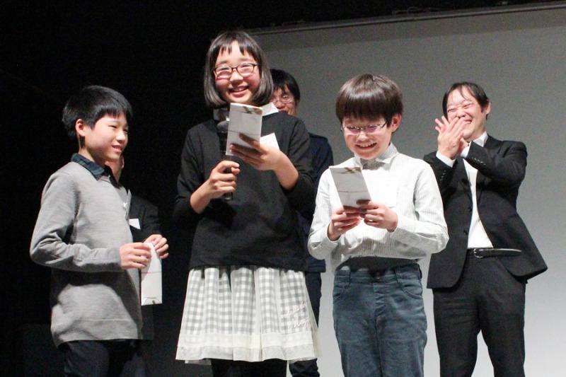 表彰式子供アップ写真